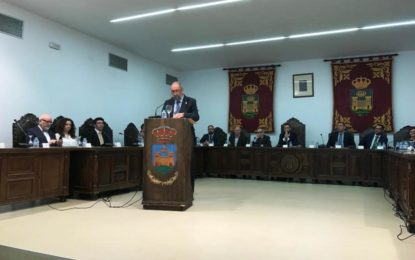 El socialista Fernando Aragón pronuncia el discurso en el pleno por el Día de Andalucía