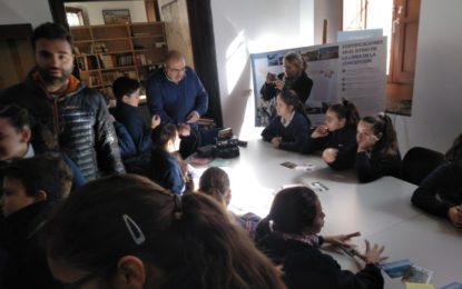"""Estudiantes linenses conocen el mundo de la radioafición con una visita a la exposición  """"La Radio que burló el bloqueo a Gibraltar"""""""