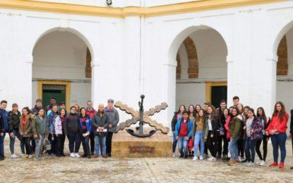 Estudiantes de Secundaria conocen las instalaciones de la Armada en San Fernando