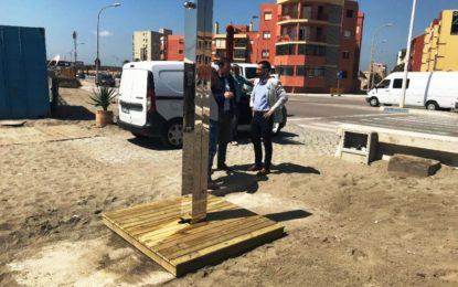 Técnicos de la concesionaria de las nuevas duchas de las playas comprueban los motivos de la oxidación de algunas de ellas