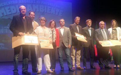 Rosa Pérez felicita a Encarnación Gómez, del Centro de Participación Activa de la Atunara, ganadora de un premio andaluz de fotografía sobre reciclaje