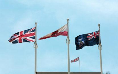 La bandera de las Islas Malvinas ondea sobre la sede del Gobierno de Gibraltar