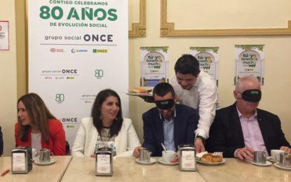 El alcalde participa en el desayuno a ciegas de la ONCE, iniciativa  para tomar conciencia sobre cómo afrontan tareas cotidianas las personas invidentes