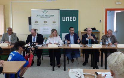 El alcalde participa en la imposición de becas a los alumnos del Aula de formación Permanente de la UNED