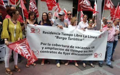 Los trabajadores de la Residencia Tiempo Libre se concentran en las puertas de la subdelegación de la Junta y UGT pide soluciones