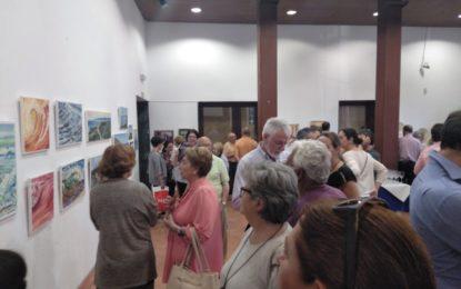 Interés del público en la inauguración de la exposición de Pedro Sánchez