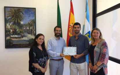 El joven contrabajista linense Javier Serrano recibe un reconocimiento municipal tras obtener de la reina emérita un premio como alumno sobresaliente