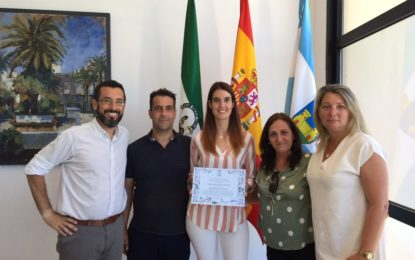 Las jóvenes linenses Isabel Casal, premio de la UCA y la fiscal,  Paula Ardanaz, recibidas por el alcalde