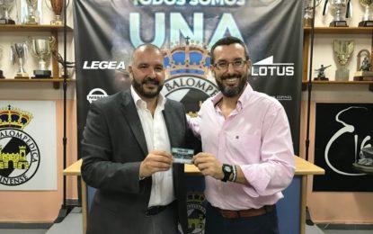 El alcalde de la Línea recibe del presidente de la Real Balompédica Linense su abono de la temporada