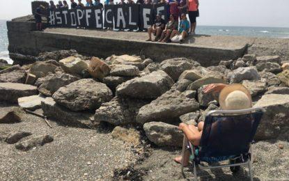 Protesta de varios colectivos por el vertido de aguas fecales en el litoral de Levante