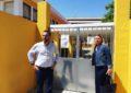 El alcalde supervisa el inicio de los trabajos de colocación de nuevos portones y cancelas en los colegios