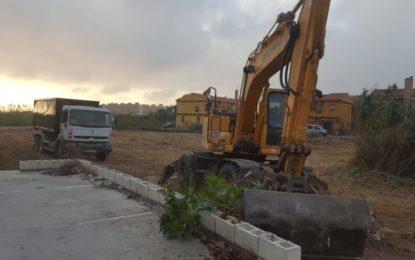 Parques y Jardines acomete la limpieza de parcelas municipales en Punto Ribot y calle Arenal