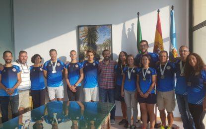 El alcalde recibe y felicita al Club Marítimo Linense por sus logros en los campeonatos de España y Andalucía de remo de mar