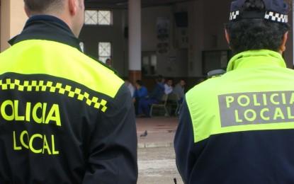 La Policía Local presenta en comisaría a un hombre dos veces en tres días tras dañar la puerta de una vivienda y un turismo en la misma calle
