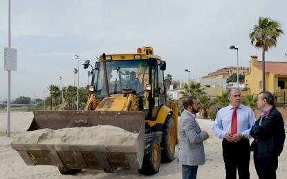 Landaluce visita la playa del Rinconcillo para ver las obras