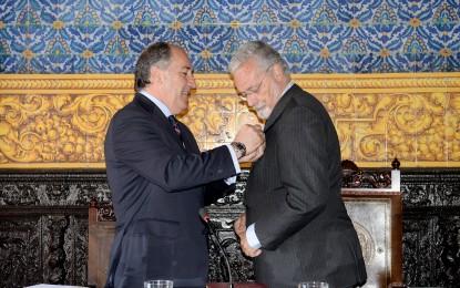 Landaluce impone a Maeztu la medalla de la ciudad de Algeciras
