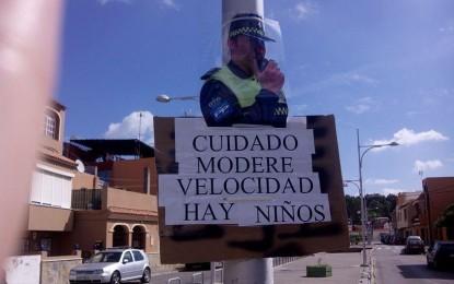 Vecinos de La Juliana colocan carteles de policías locales para moderar la velocidad
