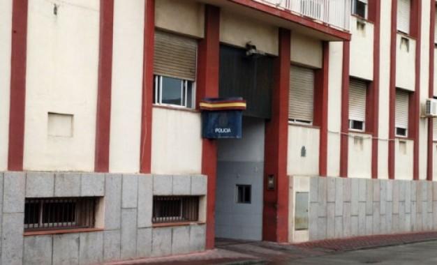 La Policía Nacional detiene a los presuntos autores que introdujeron a una persona en un contenedor de basura en La Línea