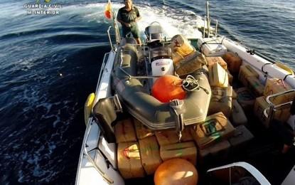Intervenida una tonelada de hachís arrojada en alta mar desde embarcación durante una persecución en La Línea