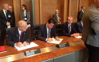 El Ministro Principal firma el Acuerdo Multilateral sobre el Intercambio Automático de Información —junto con otros cincuenta países— en el Ministerio Federal de Hacienda en Berlín