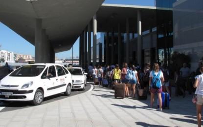 Taxistas demandan medidas para evitar las colas de vehículos en los accesos a la ciudad durante el verano