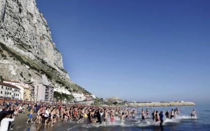 700 Personas celebran en La Caleta de Gibraltar el tradicional Baño del Oso