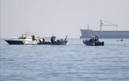 La Royal Gibraltar Police, obligada a pedir a un pesquero que se retire de las cercanías de la playa de La Caleta