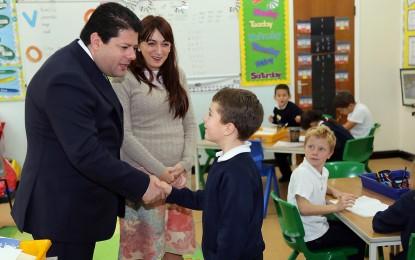 El Ministro Principal de Gibraltar, Fabian Picardo, visita la escuela de St Bernard