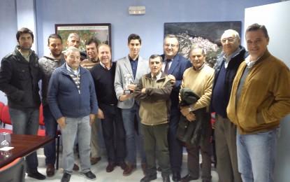 La alcaldesa felicita a Miguel Ángel Pacheco, alumno de la escuela taurina linense, premiado este miércoles