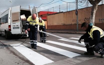 Mantenimiento urbano acomete el pintado de los pasos de peatones