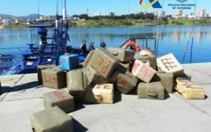 Cuatro detenidos en una embarcación con 3.200 kilos de hachís en La Línea