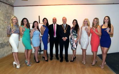 El alcalde de Gibraltar, Aldolfo Canepa, recibe a las aspirantes de Miss Gibraltar 2015