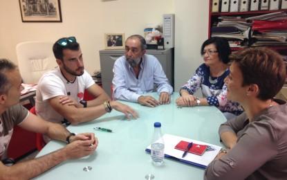 La candidata a la alcaldía de La Línea, Gemma Araujo, se reune con representantes del Club Deportivo Sierra Carbonera
