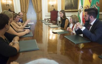 Irene García garantiza a cuatro trabajadoras de recaudación de Los Barrios que la Diputación pagará los salarios atrasados
