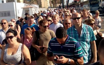 Tercermundistas colas para salir andando de Gibraltar perjudicando al comercio linense