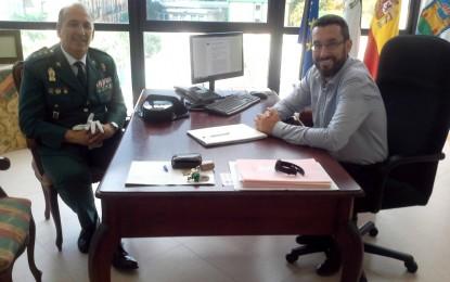 El alcalde recibe al nuevo responsable de la Guardia Civil en la comarca