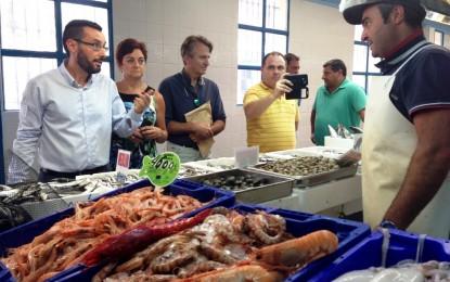 El alcalde visita el mercado con vistas a resolver problemas en su mantenimiento y expresa el lamentable estado de las infraestructuras municipales