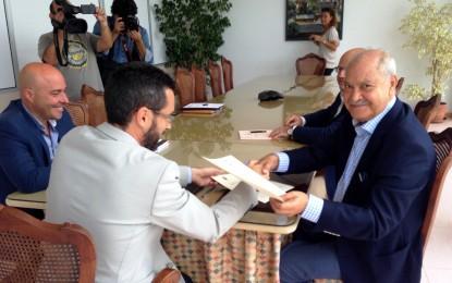 Jorge Ramos y Juan Franco firman el convenio que permitirá la construcción de un centro de negocios en la línea y la expansión del recinto fiscal