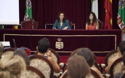 Isabel María Moya inaugura dos cursos sobre políticas de igualdad y violencia en las relaciones de pareja