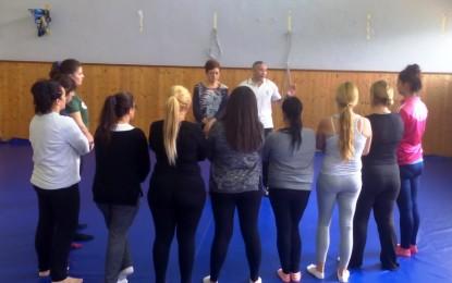 Entrega de diplomas a las participantes en el taller de defensa personal para mujeres