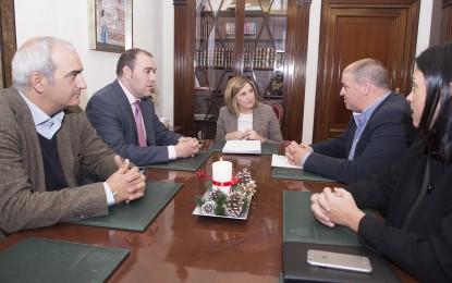 La presidenta de Diputación recibe al alcalde de Los Barrios
