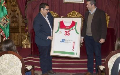 Jaime Armario recibe a la cantera del baloncesto femenino por sus éxitos en los campeonatos de Andalucía