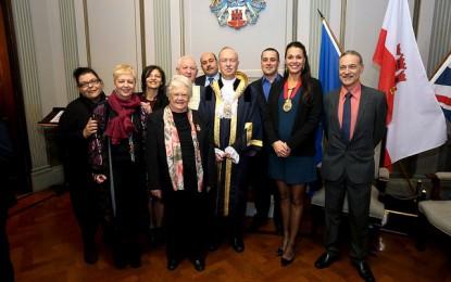 El alcalde de Gibraltar, Adolfo Canepa, entrega los reconocimientos a la comunidad