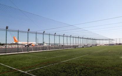 Instaladas redes en Gibraltar para que los balones en las pistas de fútbol no salgan hacia el aeropuerto