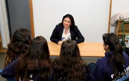 Alumnas de Westside comparten sus experiencias con la ministra de Igualdad, Samantha Sacramento y con otros ex alumnas