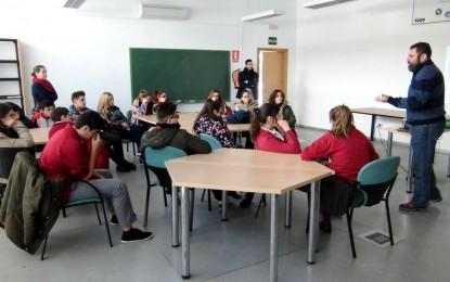 Estudiantes de secundaria conocen la Casa de la Juventud con un programa de la oferta educativa municipal