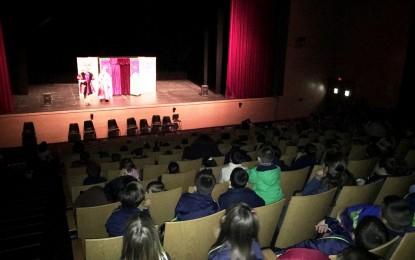 Casi 300 niños han disfrutado con el teatro en inglès