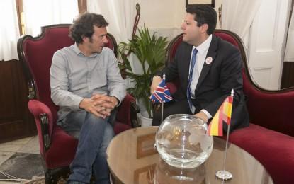 Fabian Picardo firma en el Libro de honor del Ayuntamiento de Cádiz tras su visita al alcalde, José María González
