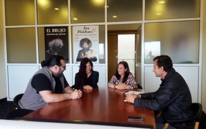 """La concejal de Cultura recibe al director de cine Miguel Becerra que proyectará su película """"Aberration"""" en el Palacio de Congresos"""
