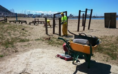 La concejalía de Playas acomete arreglos de carpintería en Santa Bárbara y Poniente